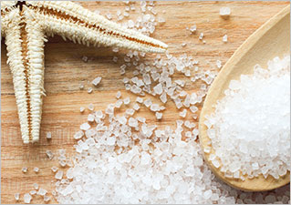 Положительный эффект при сухости кожи могут оказать ванны с морской солью